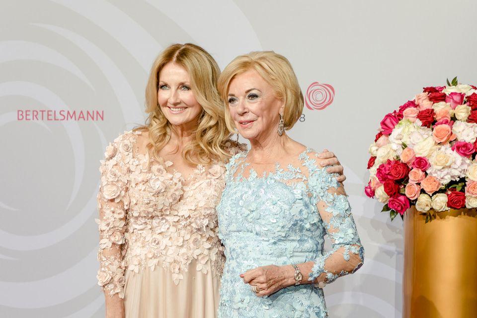 Moderatorin Frauke Ludowig und Gastgeberin Liz Mohn wählten beide traumhafte Kleider mit Rosen-Applikationen.