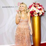Jennifer Knäble verzaubert in einem funkelnden Abendkleid auf dem Rosenball.