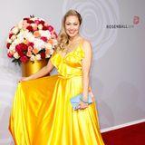 Ruth Moschner bekennt Farbe und strahlt in ihrem gelben Abendkleid schöner als die Sonne.