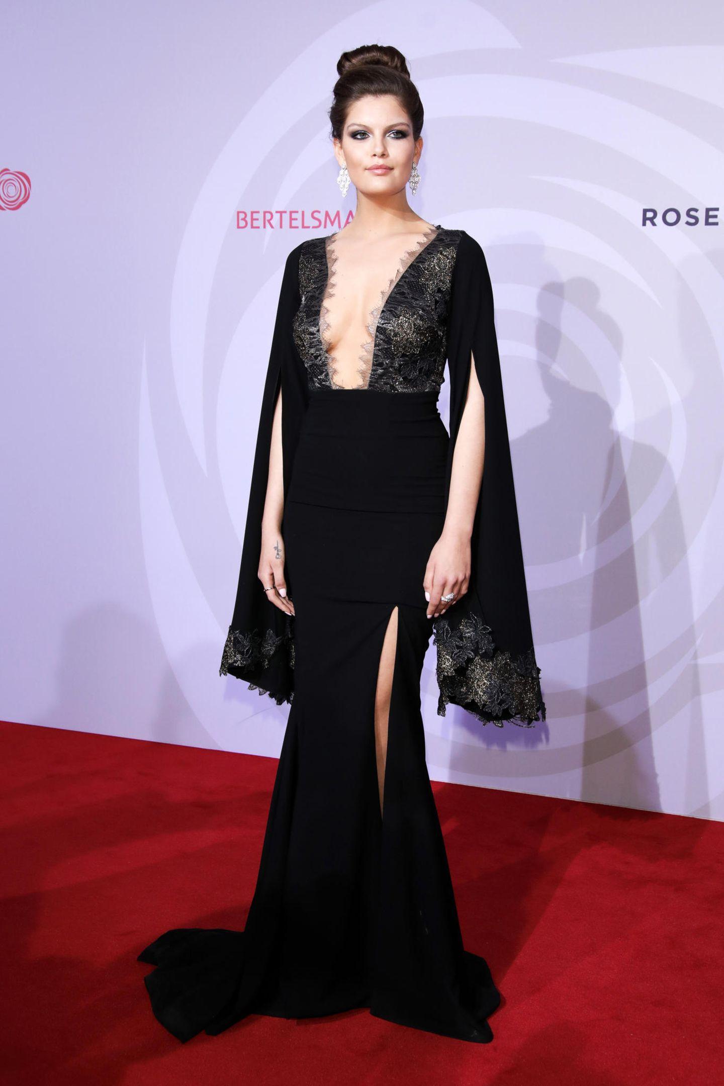 Model und Influencerin Vanessa Fuchs glänzte in einem Traumkleid von Lana Mueller auf dem roten Teppich des Rosenballs.