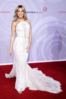 Auf dem Rosenball in Berlin strahlt Sylvie Meis ganz in Weiß. Ihr bodenlanges Kleid überzeugt mit zarter Spitze und könnte glatt als Brautkleid durchgehen. Vielleicht deshalb, weil es tatsächlich ein Brautkleid ist ...