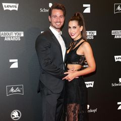3. Mai 2018  Auf dem Red Carpet der About You Awards kommt Sebastian Pannek gar nicht mehr aus dem Strahlen heraus. Kein Wunder bei diesem Anblick: Seine Liebste, Clea-Lacy Juhn, trägt nämlich ein ziemlich heißes, schwarzes Spitzen-Kleid mit Cut-Outs.