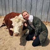 Ireland Basinger Baldwin hat eine neue Freundin gefunden. Das Rind schaut ganz entspannt mit dem schönen Model in die Kamera.