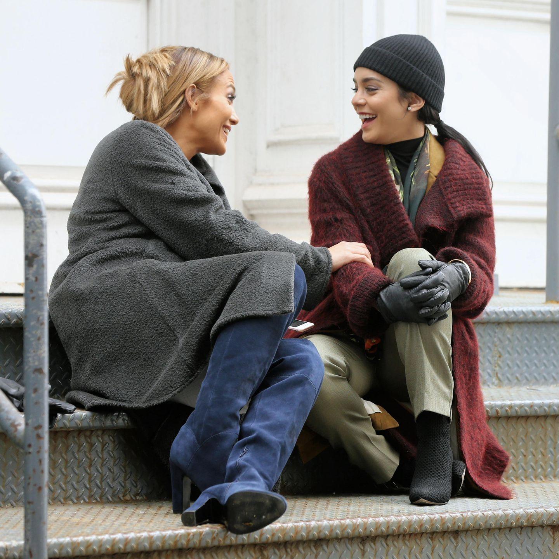 """Jennifer Lopez und Vanessa Hudgens drehen aktuell gemeinsam die romantische Komödie """"Second Act"""" in New York. Die beiden Schauspielerinnen scheinen sich bei den Dreharbeiten prächtig zu verstehen und albern gemeinsam herum."""