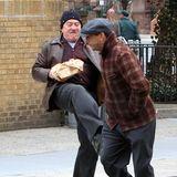 """Autsch! Der Tritt hat gesessen. Robert De Niro legt bei den Dreharbeiten zu dem Film """"The Irishman"""" in New York ordentlich los."""