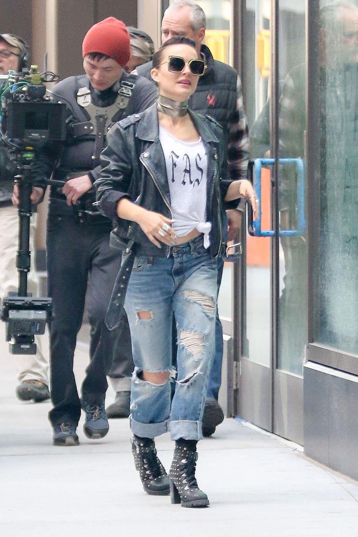 """Erkennen Sie den Hollywood-Star im wildenPunk-Look? Es handelt sich hierbei um niemand Geringeren als Natalie Portman. Die Schauspielerin steht gerade für den Film """"Vox Lux"""" in New York vor der Kamera."""