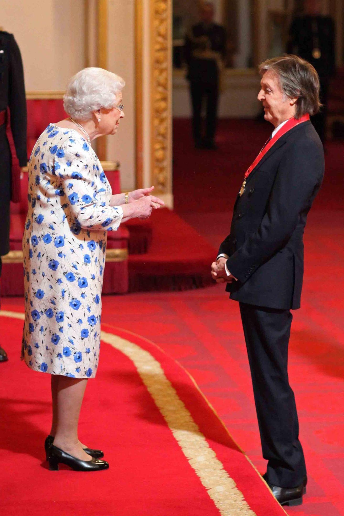 """2018: Paul McCartney hatErfahrung darin, vor der Queen zu stehen.Der ehemalige Beatle wurdevon ihr 1997 zum Ritter geschlagen, nun wird er inOrden """"Companions of Honour"""" aufgenommen, den George V. begründet hat. Die Autorin J.K. Rowling und der FilmerDavid Attenborough sind andere Promimente, die zu den Mitgliedern zählen."""