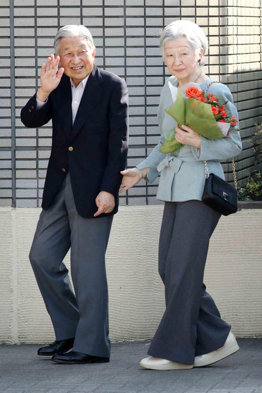 5. Mai 2018  Kaiser Akihito und Kaiserin Michiko sind auch im hohen Alter noch Tennis-Fans. Gemeinsam besuchen sie den Tennis-Club in Tokio, wo sie sich vor rund 60 Jahren zum ersten Mal begegnet waren.