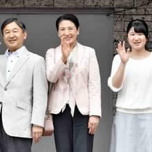 3. Mai 2018  Japans Kronprinzenfamilie verabschiedet sich in den Urlaub. Naruhito, Masako und Aiko will einige Tage auf der königlichen Farm verbringen.