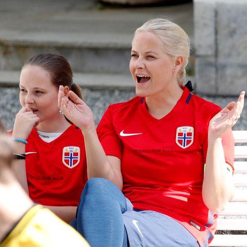 Prinzessin Mette-Marit und Prinzessin Ingrid Alexandra sind geübt im Anfeuern, so wie hier beim Freundschaftsspiel der Fußball-Mannschaft von Skaugum.
