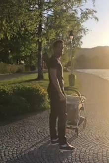 Mats Hummels zeigt sich in seiner Instagram Story sichtlich stolz mit Sohn Ludwig. Die beiden genießen, gemeinsam mit Mama Cathy, das gute Wetter am Tegernsee.
