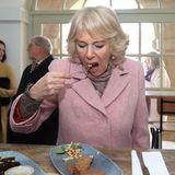 Lecker, lecker bei dem Besuch in einem Restaurant in West Yorkshire, probiert Herzogin Camilla sämtliche Köstlichkeiten.