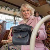 Nach dem Verputzen der Leckereien wird noch eine Bustour durch West Yorkshire gemacht. Camilla hat sich bereits einen guten Sitzplatz gesichert und ist in freudiger Erwartung auf die Tour.