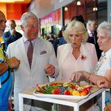 Beim Australien-Besuch von Prinz Charles und Herzogin Camilla ist sie ganz verzückt, über die Vielfalt an Obst, die ihr präsentiert wird.