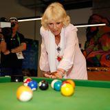 Hochkonzentriert bestreitet die humorvolle Herzogin ein Billardspiel beim Australien-Besuch.