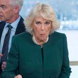 Erwischt! Herzogin Camilla nascht bei ihrem Besuch des 90.Jubiläums der Royal Television Society an den Leckereien, die dort geboten werden.