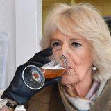 Prost Camilla! Die Herzogin lässt sich bei einer Veranstaltung ein Bier schmecken.