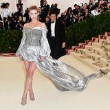Wolkengleich kommt der Rockteil des Kleides von Schauspielerin Lili Reinhart daher. Ihr silberfarbenes Kleid von H&M hebte sich auf dem Red Carpet von all den goldenen Looks ab. Die Korsage ihres Kleides ist mit groben Metallketten in einem dunklen Silberton verziert.