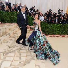 Hose oder Kleid? Wie praktisch, dass sich Amal Clooney an dieser Frage nicht den Kopf zerbricht, sondern einfach beides gekonnt miteinander kombiniert! Zur Met Gala 2018 erscheint sie nämlich genau in dieser Kombi des britischen Designers Richard Quinn. Da lässtGatte George Clooney seinerFrau bestimmt gerne den Vortritt bei den Fotografen,dennein Foto der schönen Amalwill sich an diesem Abend niemand entgehen lassen.
