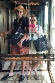 Eins der modischsten #aufwärtsspiel-Aufzugselfies kommt von Designer André Borchers: Er posiert mit Chanel-Tasche und Sonnenbrille.