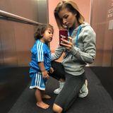 Unter den berühmten Teilnehmern ist zum Beispiel seine Frau Ina, diemit Töchterchen Payten im Aufzug für ein Selfie posiert. Ihre Intention ist wahrscheinlich eher ihren Mann zu unterstützen, als ein Meet&Greet mit ihm zu gewinnen.
