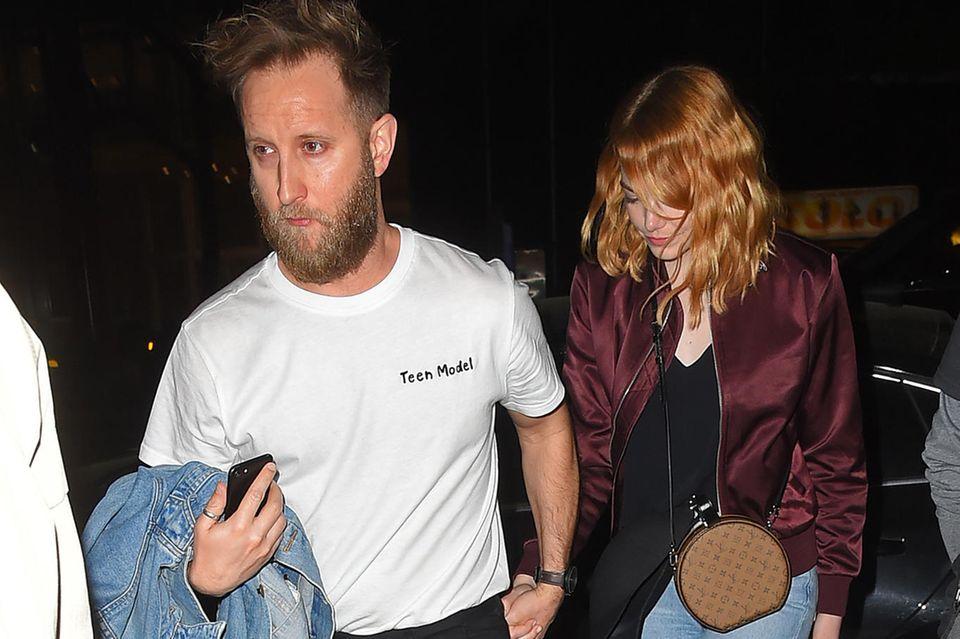 Emma Stone und ein unbekannter Mann verlassen ein Restaurant in Manhatten. Die ineinander vesrchlungeneHändesehen verdächtig intim aus...