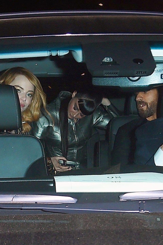 """Justin Theroux, Emma Stone und Shailene Woodley steigen nach der After-Show-Party der """"Met""""-Gala in einen Wagen."""