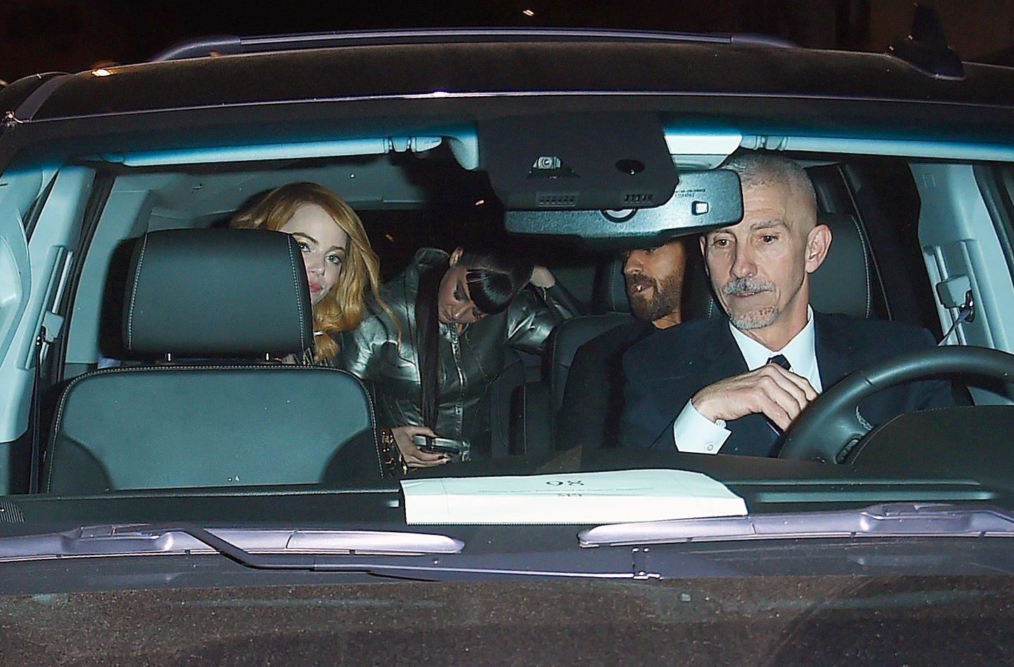 "Justin Theroux, Emma Stone und Shailene Woodley steigen nach der After-Show-Party der ""Met""-Gala in einen Wagen."