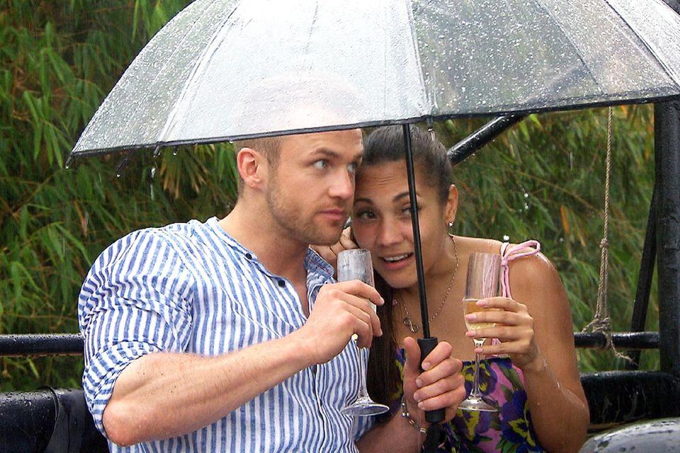 Philipp und Pam werden bei ihrem Date vom Regen überrascht. Macht nichts, denn unter dem Regenschirm ist es ja auch ganz nett zu zweit