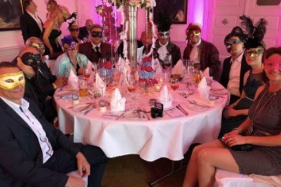 Eine kunterbunte Hochzeitsgesellschaft.