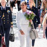 Zu den Jubiläumsfeierlichkeiten einer Stiftung in Lund erscheint Prinzessin Victoria von Schweden in einem weißen Hosenanzug. Der Blazer wird durch einen dünnen Gürtel tailliert, die Schlaghose mit Bundfalte und das schlichte weiße Shirtdem Look das gewisse, coole Extra.