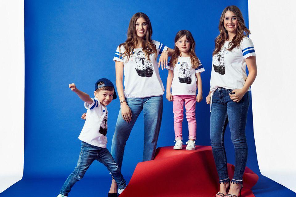 Cathy Hummels und Julia Vigas posieren mit zwei Kindermodels in den eigens entworfenen T-Shirts.