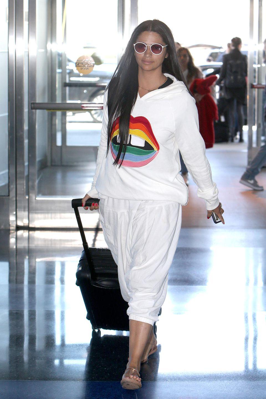 In weißer Schlabber-Hose und -Pulli sichten Paparazzi Camila Alves am JFK Airport in New York. Für die Extraportion Fröhlichkeit gibt es einen großen Aufdruck in Regenbogenfarben und der Form eines Mundes auf dem Hoodie des brasilianischen Models. Besonders lässig: Camila setzt auf ordentlich Fußfreiheit und trägt bequeme Riemchensandalen.
