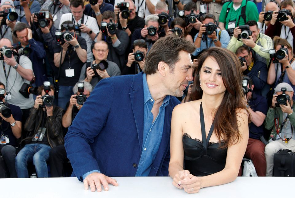 """Beim Photocall zum Film """"Everybody Knows"""" flüstert Javier Bardem seiner Ehefrau Penélope Cruz etwas ins Ohr."""