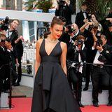 Model Irina Shayk genießt die Aufmerksamkeit der Öffentlichkeit auf dem roten Teppich.