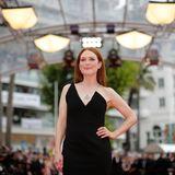 Es handelt sich um Schauspielerin Julianne Moore, die für Glamour auf dem roten Teppich sorgt.