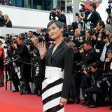 Die chinesische Pop-Sängerin Li Yuchun, auch bekannt als Chris Lee, winkt schüchtern der Menge zu.