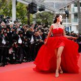 Ein Traum in Rot: LaufstegmodelCatrinel Menghia verzaubert die Fotografen.