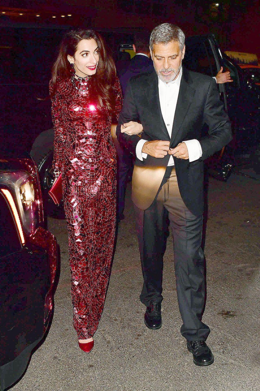 Nach ihrem Wow-Auftritt auf dem Red Carpet zeigt sich Amal Clooney auch bei der Aftershow Party der Met Gala super glamourös. Sie wählt ein bodenlanges, rotes Paillettenkleid von Tom Ford. In diesem Kleid ist jedoch deutlich zu erkennen, wie schmal Amal aktuell ist.