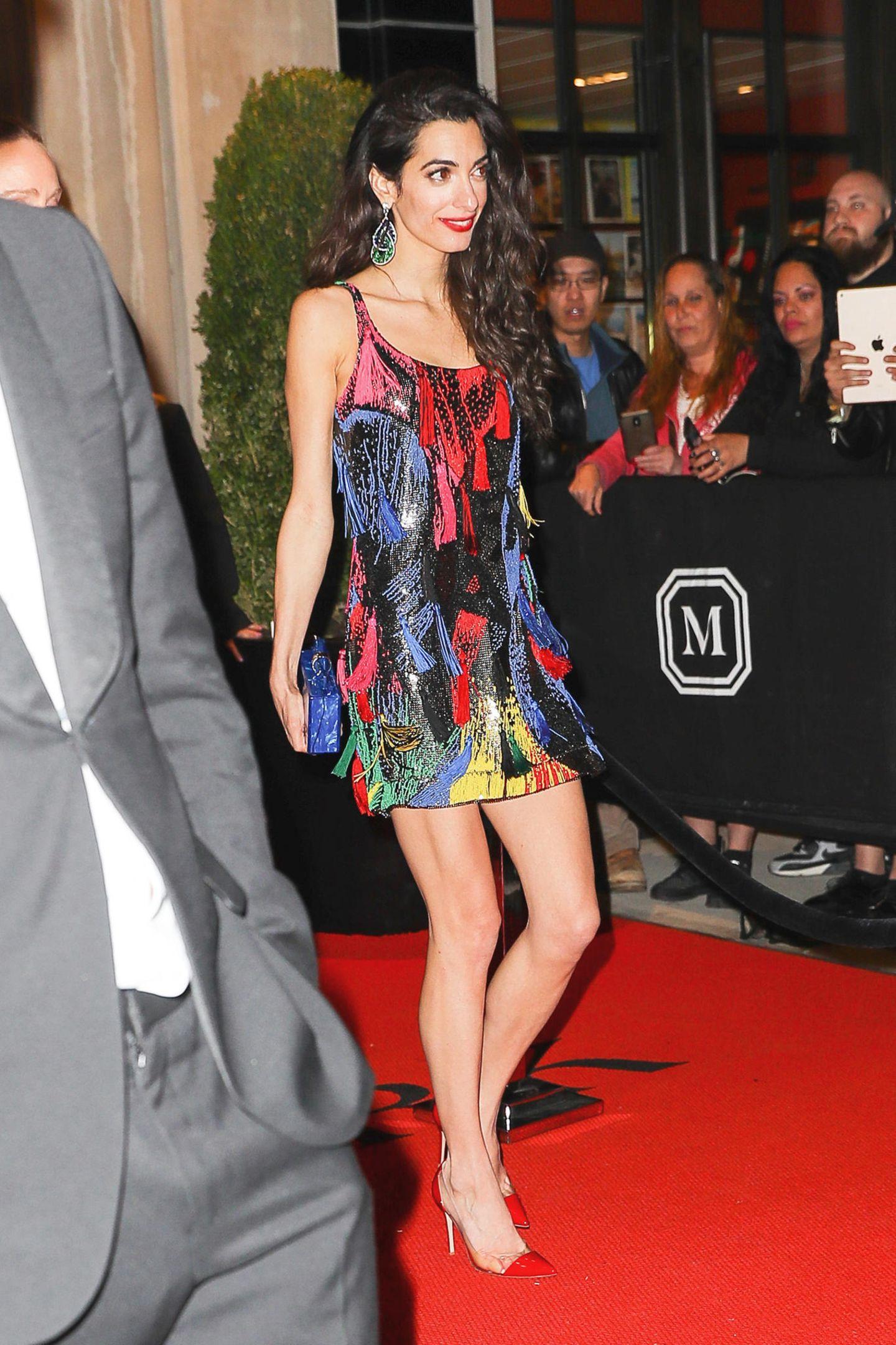 Zwei Aftershow-Partys, zwei Outfits: Amal Clooney glänzt auf der Versace Met Gala After-Party in einem farbenfrohen Minikleid mit Fransen. Doch an diesem Abend zeigt sie noch zwei weitere tolle Looks ...