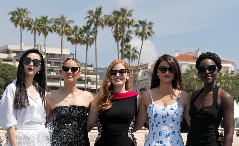 Das schöne Wetter an derCôte d'Azur lockt Star-Power in modischen Sonnenbrillen auf den roten Teppich: Gut geschützt vor UV-Strahlen blicken die Schauspielerinnen Fan Bingbing, Marion Cotillard, Jessica Chastain, Penélope Cruz und Lupita Nyong'o über das Geschehen des Filmfestivals.