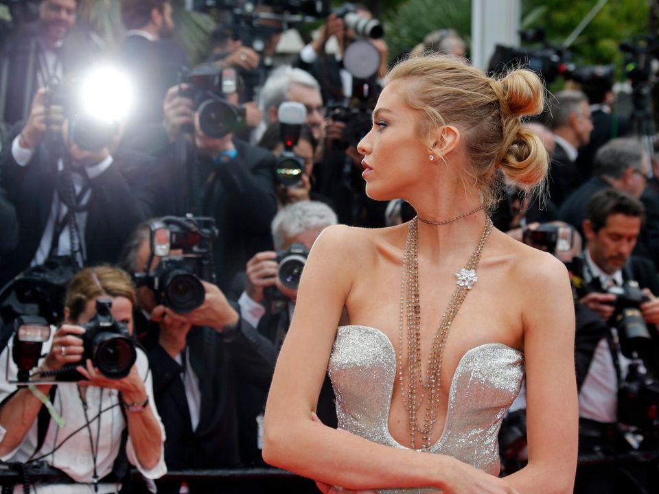 Das britische Model Stella Maxwell verwöhnt die Fotografen.