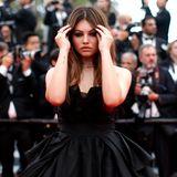 """Bereits im zarten Altervon sechs Jahren ist sie als""""das schönste Mädchen der Welt"""" bezeichnet worden. Nun schreitet Thylane Blondeau als 17-Jährigein ihrer schwarzen Robe einem wunderschönen Trauerschwan gleichend über dieroten Teppiche von Cannes."""