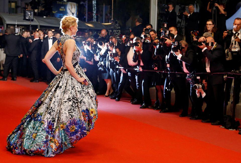 Wie kaum eine AnderepasstSchauspielerin Cate Blanchett zum glamourösen Filmfestival inCannes. Majestätisch schreitet der Hollywoodstar über den roten Teppich und lässt sich geduldig von den Fotografen in Szene setzen.