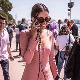 Busy in Cannes! Mit wem Janina Uhse wohl in diesem Moment telefoniert? Gute Laune scheint die brünette Schönheit auf jeden Fall zu haben. Tagsüber genießt sie das herrliche Wetter in Cannes und feiert den Sommer modisch in einem rosafarbenen Kleid.