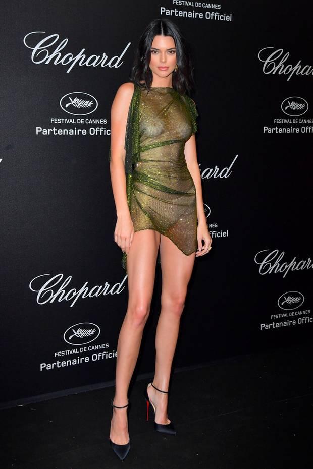 """Oh là là, das ist wirklich mal ein gewagtes Outfit!Kendall Jenner glitzert bei der Chopard-Party in Cannes in diesem Hauch von grünem Nichts und hat kein Problem damit, den Gästen alles zu zeigen. Und das wohl nicht ohne Berechnung, auf ihrem Instagram-Profil kommentierte sie ihreFreizügigkeit lapidar und recht ironisch mit dem Wort """"oops""""."""