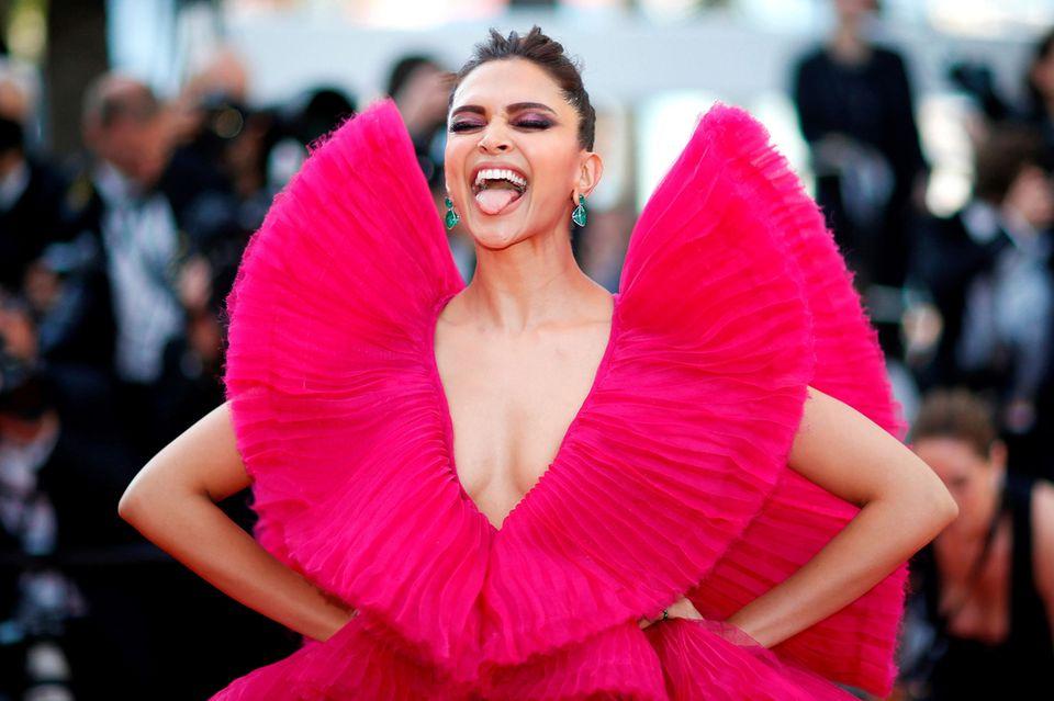 """Bollywood-Megastar Deepika Padukone erregt bei der Premierevon """"Ash Is Purest White"""" nicht nur mit ihrem pinkfarbenen Bonbon-Kleid von Ashi Studio Couture Aufsehen, sondern auch mit ihren Grimassen."""