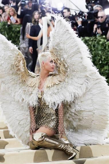 Engelsgleich: Katy Perry schwebt im opulenten Flügel-Look von Atelier Versace zur Met Gala.