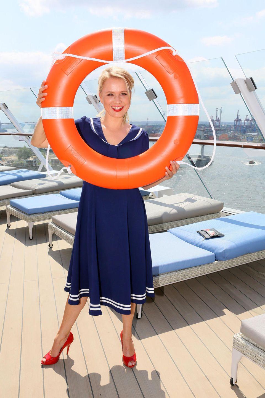 Safe und stylisch: Nova Meierhenrich genießt auf Deck noch die Sonne, bevor die große Schiffstaufe am Abend beginnt.