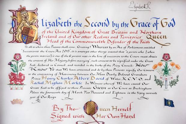 Hinter dem Instrument of Consent verbirgt sich ein handgeschriebenes Dokument, das von Queen Elizabeth unterzeichnet wurde. Mit der Urkunde stimmt die Queen der Hochzeit von Prinz Harry und Meghan Markle zu.